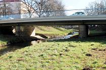 Cyklostezka by měla vést pod mostem v Ottově ulici v Rakovníku