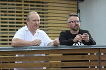 Z MOA dobrovolně odchází také učitel Marek Pavlík (vpravo). Na fotce zachycen v den protestního pochodu.