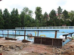 Rakovník – Bourací práce na plaveckém bazénu v Rakovníku už jsou ukončeny a nyní se začalo se stavbo