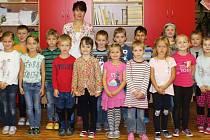 Prvňáčci z I. C 2. ZŠ Rakovník s třídní učitelkou Jitkou Gebhartovou.