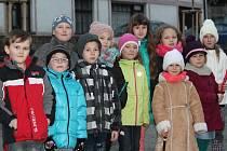 Děti zpívaly u vánočního stromu