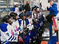 Trenér starších žáků Tomáš Bodinger (v modré bundě) udílí svým svěřencům taktické pokyny.