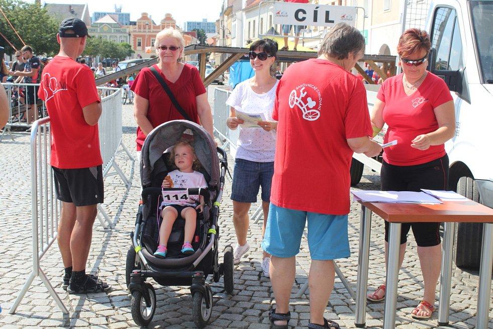 Jako první se na start postavili dospělí s dětmi.