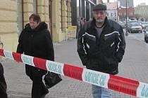 Policisté obehnali banku páskou