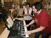 Celostátní akce Česko zpívá koledy, se přesně v 18 hodin zpívalo také na Rakovnicku. Třeba v Zavidově, Čisté, Lánech nebo Novém Strašecí, odkud přinášíme fotografie.