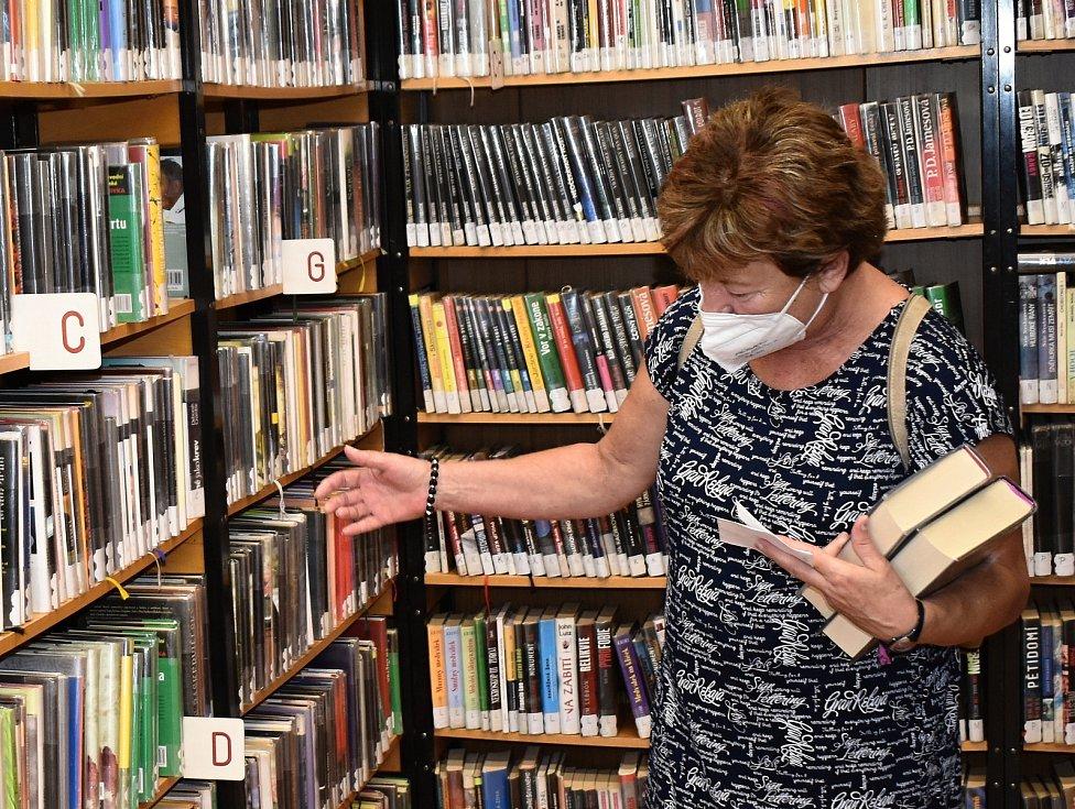 Dospělé oddělení Městské knihovny v Rakovníku v době letních prázdnin denně navštíví i 120 lidí.