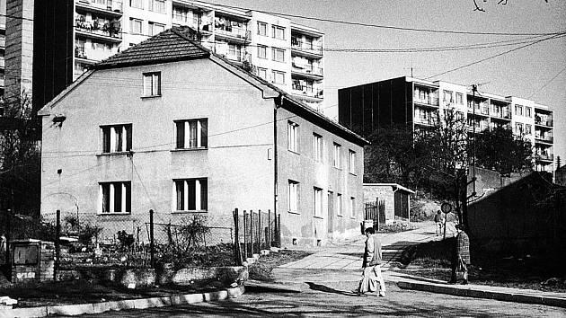 Pohled do ulice Jamka v roce 1989. V pozadí jsou panelové domy v Mýtské ulici.