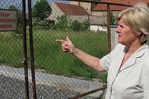 Starostka Eva Janotová ukazuje, kde jsou v Kněževsi tři stavební pozemky