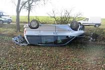 Obrátil auto se synem na střechu