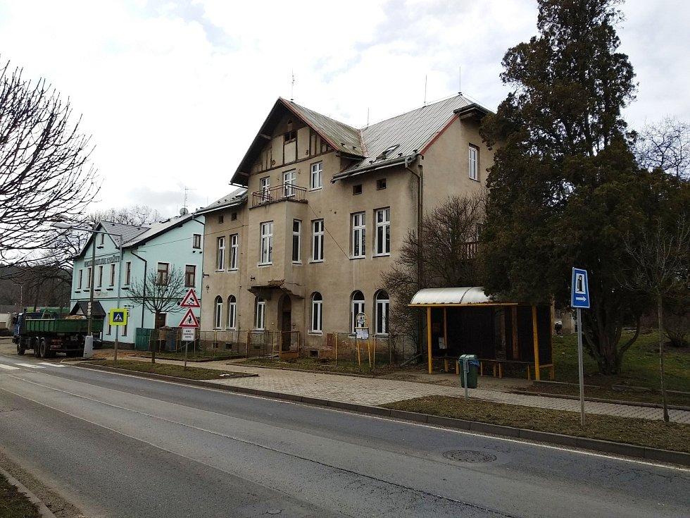 V průběhu března začala rekonstrukce domu čp. 220, kde vznikne celkem 11 sociálních bytů.