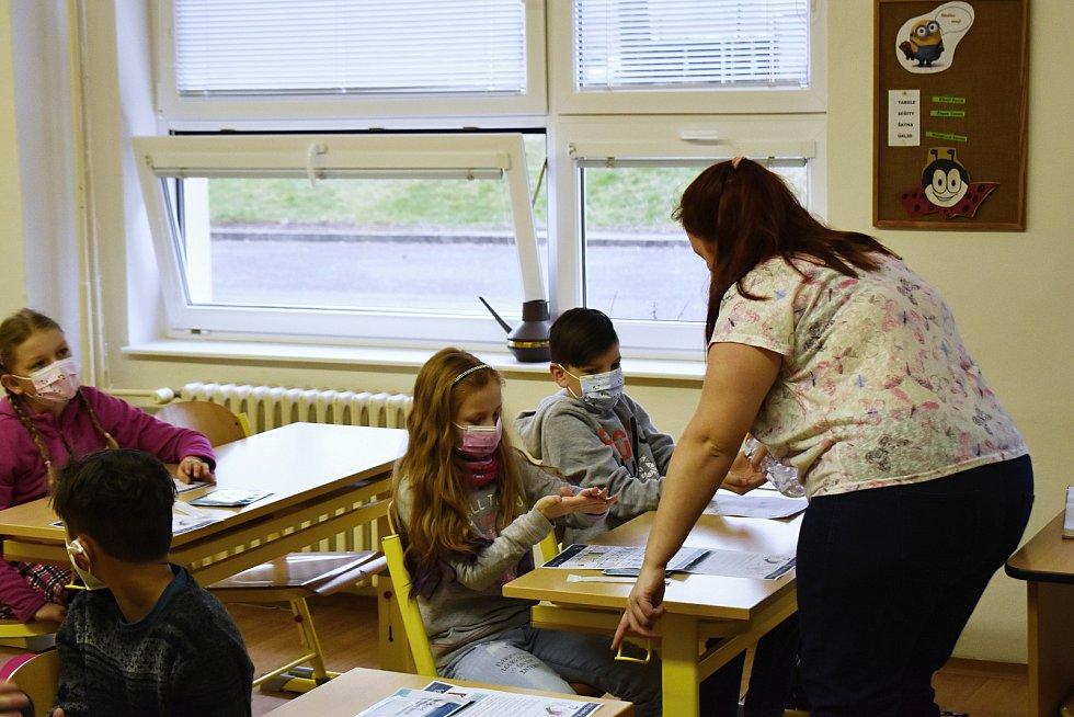 Návrat žáků do školy v Lubné, jaro 2021.
