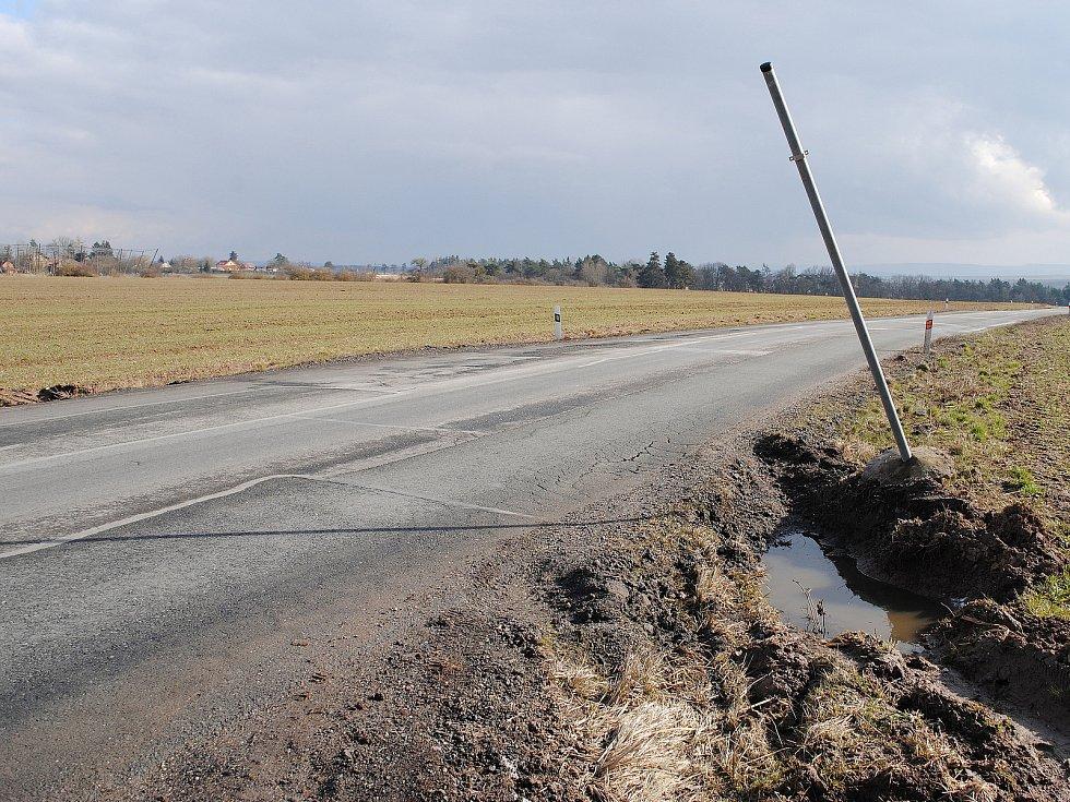 Silnice II/227 spojující Rakovník s Žatcem. Ve Středočeském kraji je v katastrofálním stavu, v Ústeckém kraji kompletně zrekonstruovaná.