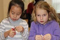 Družinové děti vyrábějí ozdoby