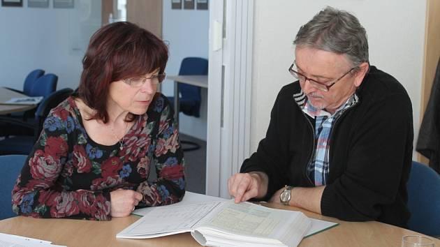 Badatel Bohuslav Koutecký a ředitelka archivu Renata Mayerová