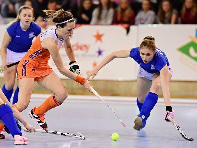 Anna Vorlová (vpravo v modrém) se snaží zastavit útok Holanďanek.