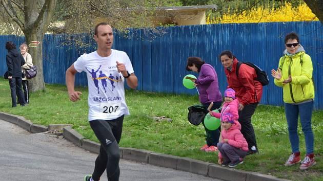 Novostrašecký běh je velká tradice, letos v hlavním závodě startoval rekordní počet běžců.