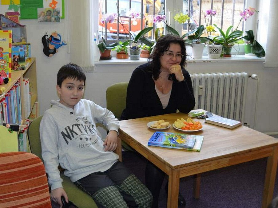 Tátové čtou dětem v novostrašecké městské knihovně