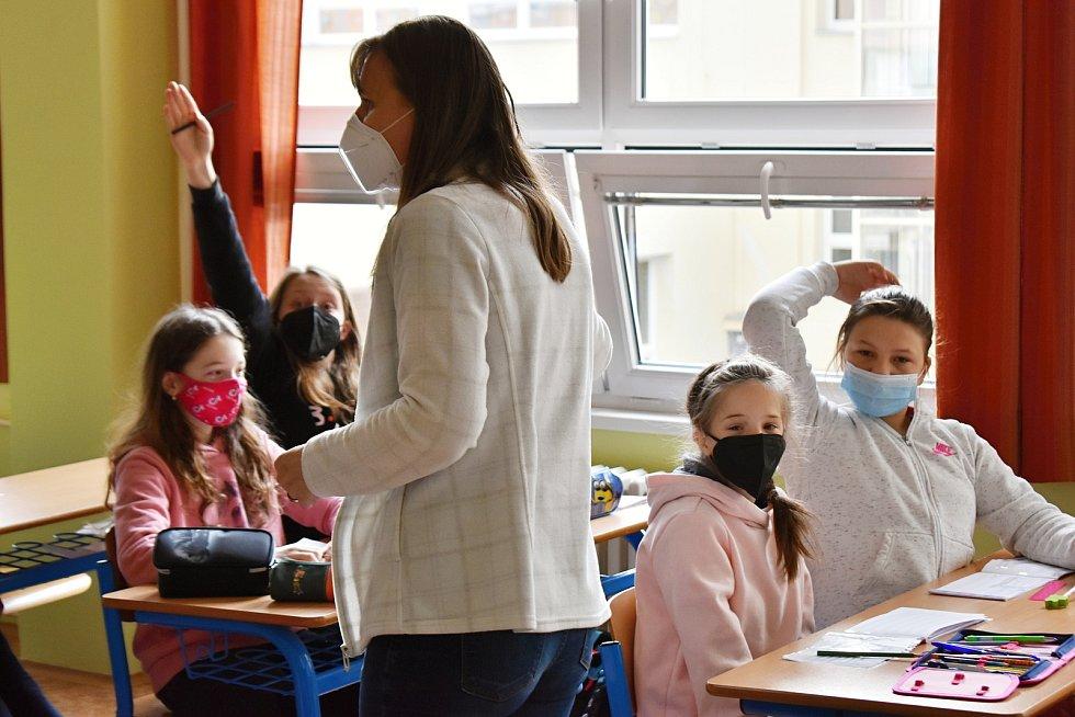 Šestáci z 3. základní školy v Rakovníku se do školy těšili. Při hodině hudební výchovy ovšem směli probírat pouze teorii, zpěv je totiž při vyučování zakázaný.