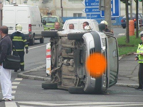 Auto leželo na boku