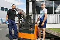 POSLEDNÍ PŘÍPRAVY. V tomto týdnu Milan Sunkovský (vlevo) spolu se Zdeňkem Benediktem kontrolovali stav nejrůznějších umělých překážek a ramp, které budou zdolávat závodníci Cyklování.