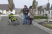 Opravená cesta na lánském hřbitově