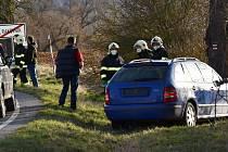 Dopravní nehoda nedaleko Rakovníka. Škoda Fabia v pondělí krátce po 17. hodině odpolední narazila do stromu. Řidič vyvázl bez zranění.