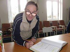 Josef Baldík se podepisuje do kroniky