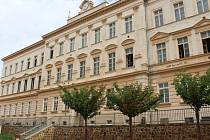 V historické budově 1. Základní školy v Rakovníku vyměňují okna.