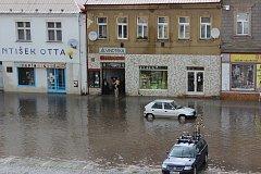 Takhle vypadalo Husovo náměstí v Rakovníku jen pár minut poté, co z nebe začaly padat první kapky.