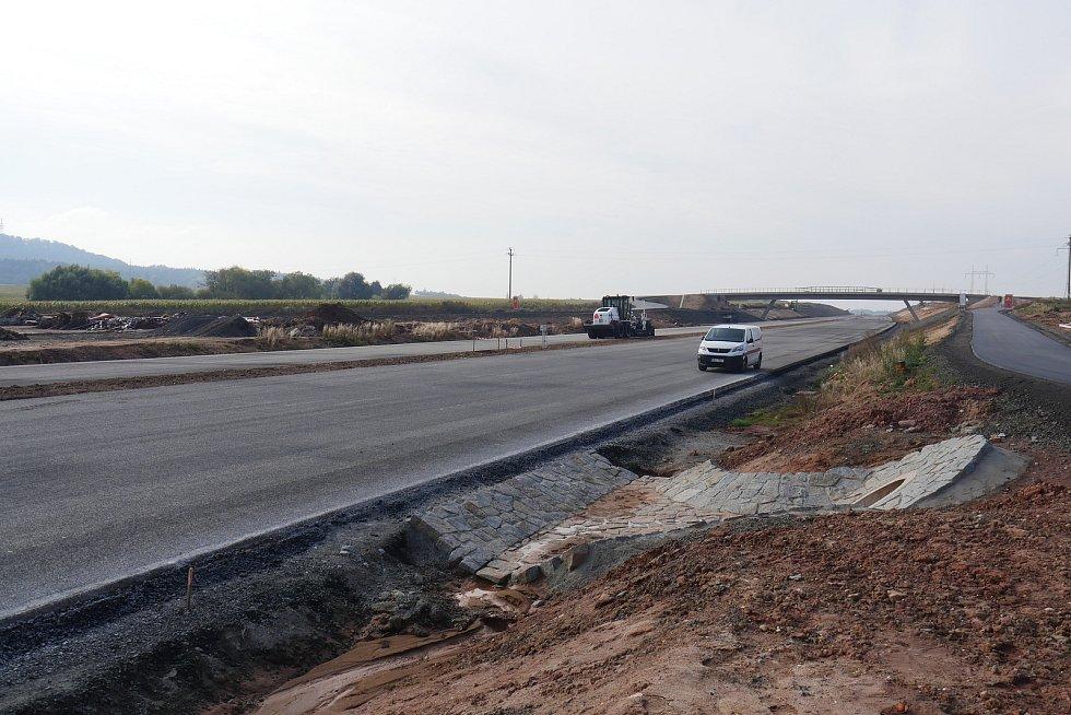 Budování obchvatu i stavbě další dálniční komunikace v okolí Řevničova na Rakovnicku zatím jakžtakž přeje počasí, i když není zrovna přívětivé, a tak mohou práce pokračovat podle harmonogramu.