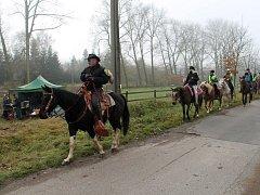Jezdci na koních vyrazili kolem Velkého rybníku k Přílepské skále.