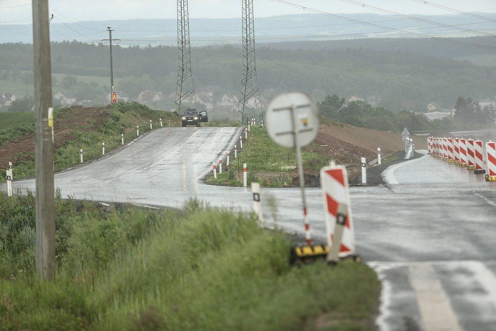 Nová přeložka silnice I/6. Přeložka v délce 1569 m se nachází mezi Řevničovem a Krušovicemi a vede i pod mostem pod budoucí D6.