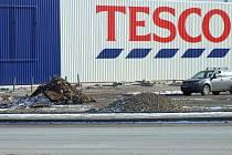 Nedokončená parkoviště před hypermarketem Tesco