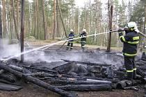 Lesní srub shořel na popel
