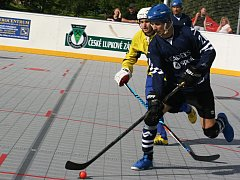 Pohár města Nového Strašecí získal slovenský Ružinov (v modrém). Domácí hokejbalisté skončili sedmí.