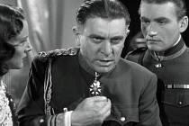 Zdeněk Štěpánek v nezapomenutelné roli Maršála ve filmu Bílá nemoc podle hry Karla Čapka.