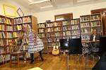 Eva Blondýna Suková v rakovnické knihovně.
