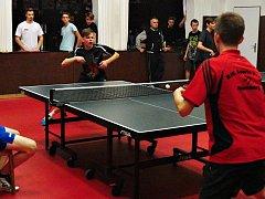 Nejlepším duelem okresního finále bylo utkání Hejdy z GZW s Mikulejským (čelem) ze SPŠ Rakovník, ve kterém gymnazista zvítězil 2:0.