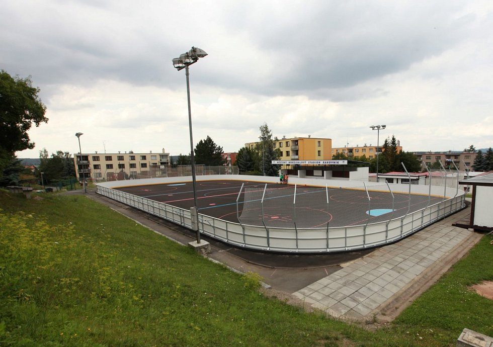 Instalace multifunkčního plastového povrchu pro hokejbalový stadion v Rakovníku.
