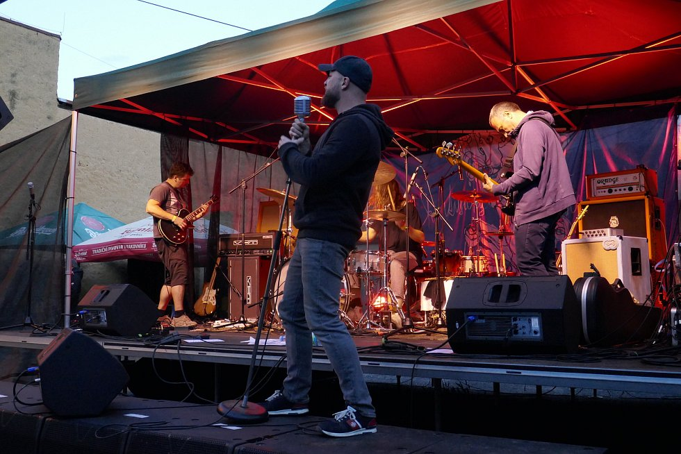 Koncert kapel Norman Bates a Kurtizán z 25. avenue před kavárnou Špejchar v Rakovníku.