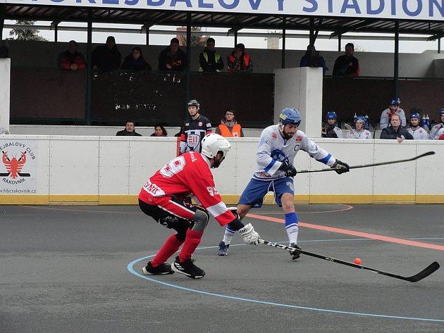 Hokejbalisté Rakovníka (v červeném) nestačili na Letohrad a prohráli doma vysoko 2:10.