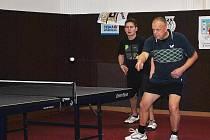 Úder Stanislava Brabce (vpravo), který hrál čtyřhru s Tomášem Šebkem