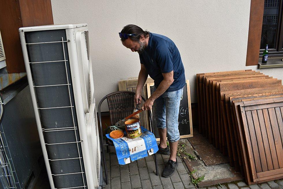 Provozní restaurace Na Střelnici Petr Mendík v plné přípravě na znovuotevření zahrádky.