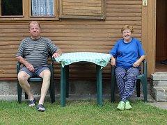 Manželé Luděk a Danuše Macourkovi před svou chatou.