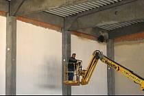 Výstavba školní tělocvičny v Lužné.