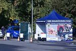 Volební drive-in místo na parkovišti u SK Rakovník.