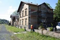 Nádražní budova u Nového Strašecí právě prochází rekonstrukcí. Hotovo má být do konce října.
