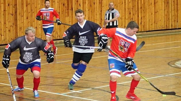 Hokejbalisté, kteří v druhé polovině 90. let hráli Rakovnickou hokejbalovou ligu, se opět sešli ve sportovní hale, aby pomohli potřebným.