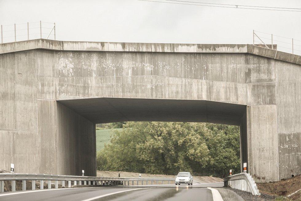 Nová přeložka silnice I/6. Přeložka v délce 1569 m se nachází mezi Řevničovem a Krušovicemi a vede také pod mostem pod budoucí D6