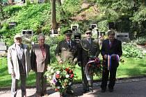 Jeden z věnců byl položen také na hrob generála Josefa Kholla.
